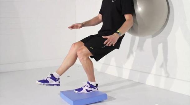 12. drepy s valcovaním fitlopty o múr na jednej nohe na nestabilnej-mäkkej podložke