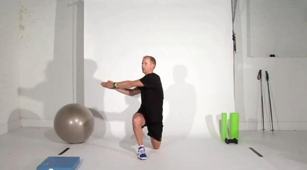 2. výpad s rotáciou - 3 sety po 10 opakovaní na každú nohu