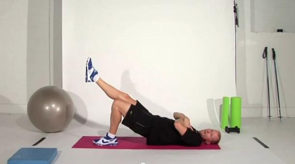 7. dvíhanie nohy pri zdvihnutej panve s prekríženými rukami na hrudi